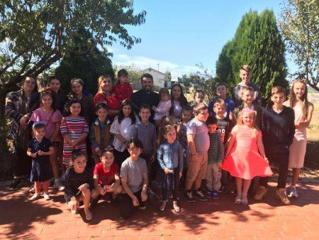 """Најмладите членови на МПЦО """"Свети Георгиј и Пресвета Богородица"""" во Епинг учествуваа во бојадисувањето на велигденските јајца"""